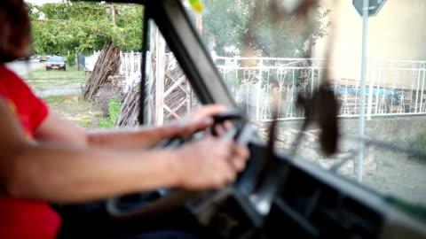 vídeos de stock, filmes e b-roll de motorista de caminhão em uma missão - charuto