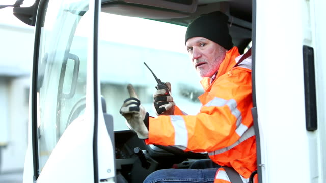 倉庫の外のトランシーバーのトラック運転手 - トラック運転手点の映像素材/bロール