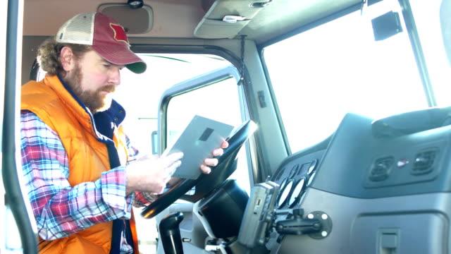 camionista che utilizza tablet digitale - inside of video stock e b–roll
