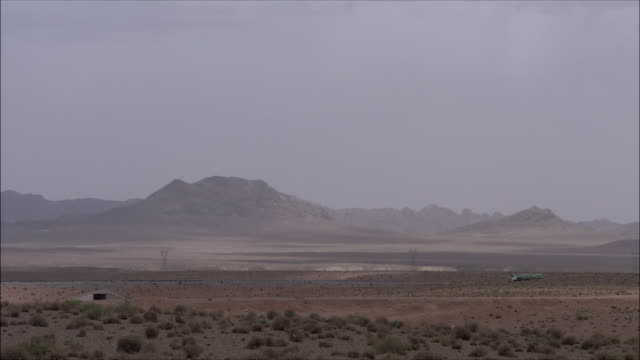 ws truck driving in middle of desert, iran - 乾燥点の映像素材/bロール