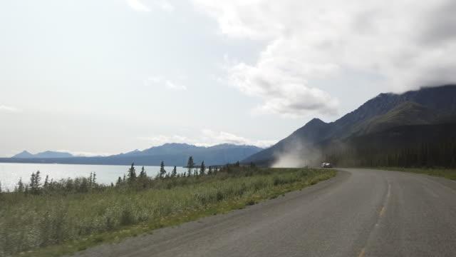 vídeos y material grabado en eventos de stock de truck driving on a dusty gravel road in alaska - norte