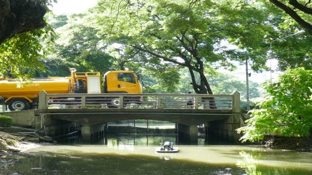 vídeos de stock, filmes e b-roll de caminhão dirigindo na ponte de concreto - tanque