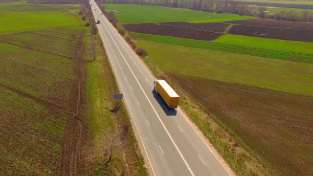vidéos et rushes de camion conduite sur la route - semi remorque
