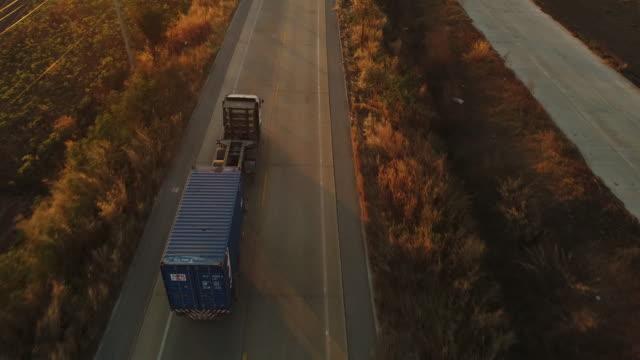 vídeos de stock, filmes e b-roll de caminhão dirigindo na estrada - caminhão