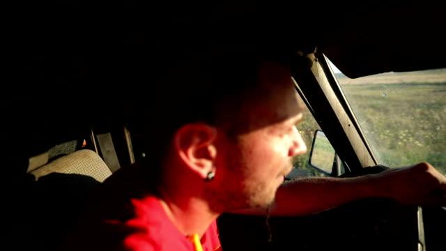 vídeos de stock e filmes b-roll de truck driving thru nature in the sunset - curiosidade