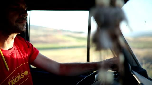 vídeos de stock, filmes e b-roll de caminhão dirigindo através da natureza - decoração