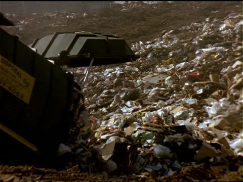 a truck dumps garbage into a landfill in california. - ゴミ収集車点の映像素材/bロール