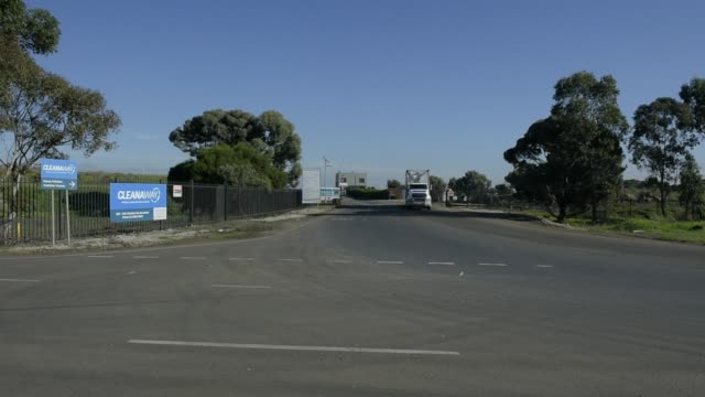 stockvideo's en b-roll-footage met a truck exits the melbourne regional landfill site operated by at cleanaway waste management ltd in ravenhall victoria australia on wednesday june 14... - afvalverwerking