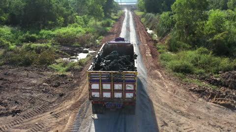 stockvideo's en b-roll-footage met vrachtwagen voor stortplaats luchtschot - commercieel landvoertuig