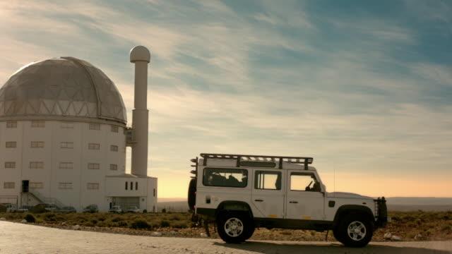 stockvideo's en b-roll-footage met truck in front of south african large telescope - astronomietelescoop