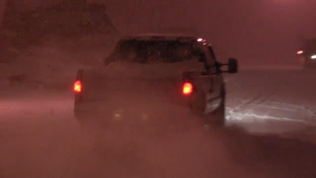 vídeos y material grabado en eventos de stock de carro móvil a lo largo de carreteras cubiertas de hielo en invierno - luz trasera