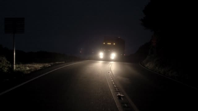 truck moving at night - lastzug stock-videos und b-roll-filmmaterial