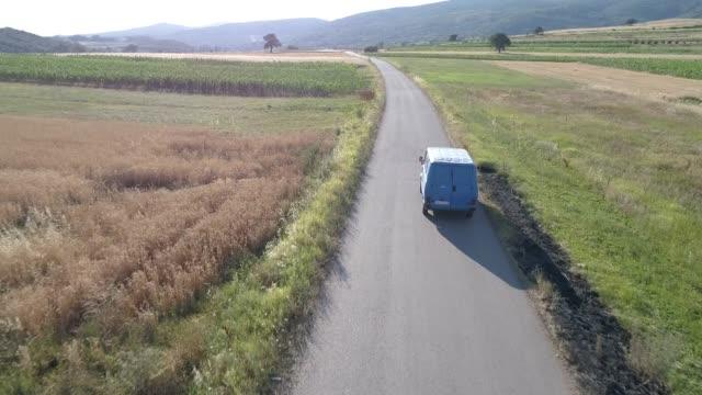 vídeos de stock e filmes b-roll de truck on the country road in the summer - carrinha veículo