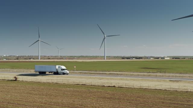 vídeos y material grabado en eventos de stock de truck passing wind turbines in oklahoma - camión articulado