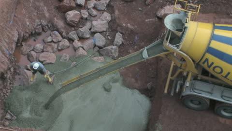 vídeos y material grabado en eventos de stock de ms truck pouring cement mixer / taben-rodt, rhineland-palatinate, germany - material de construcción