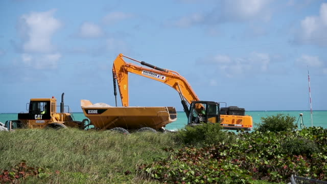 vídeos y material grabado en eventos de stock de a truck prepares to dump sand along the beach as the us army corps of engineers works on widening parts of the beach on january 14 2020 in miami... - cavadora mecánica