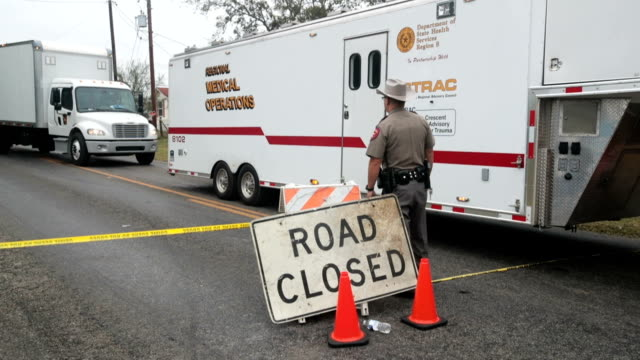 vidéos et rushes de truck pulls away from the area around the first baptist church of sutherland springs as law enforcement officials wrap up their investigation into... - religion