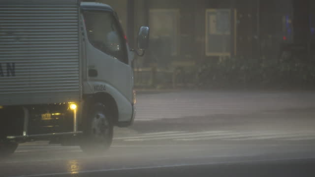 a truck stopping in storm, tokyo, japan - 集中豪雨点の映像素材/bロール