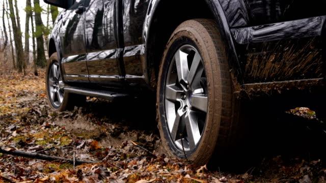 stockvideo's en b-roll-footage met vrachtwagen vast in de modder na een zware regen - klem