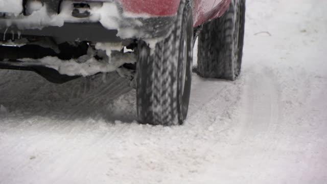 vídeos y material grabado en eventos de stock de cu truck tires driving on snowy road    - neumático