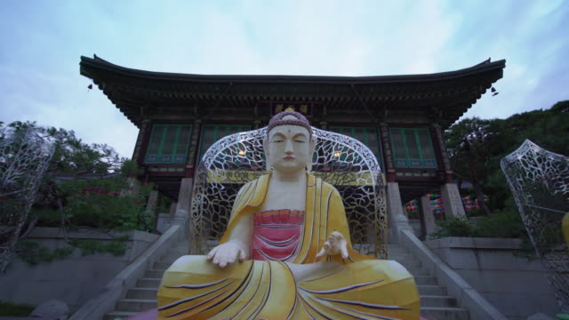 trucking shot, golden buddhist statues in south korea - buddhismus stock-videos und b-roll-filmmaterial