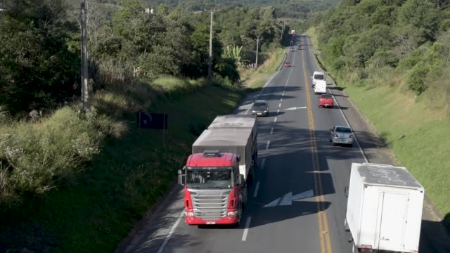 vídeos de stock, filmes e b-roll de caminhões e carros em estradas altas. - estrada