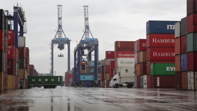 """vidéos et rushes de """"ws trucks and cranes move between shipping containers at paranagua port / paranagua, brazil"""" - lockdown"""