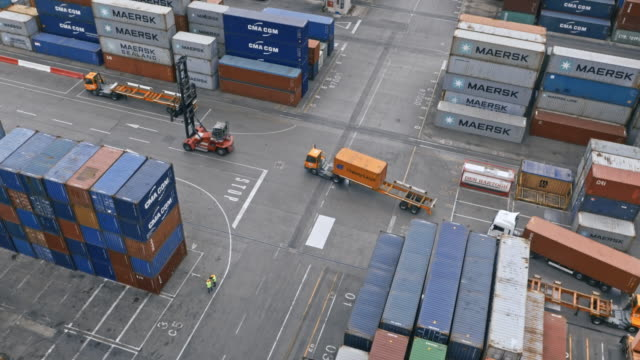 aerial lkw fahren am container terminal - heavy goods vehicle stock-videos und b-roll-filmmaterial