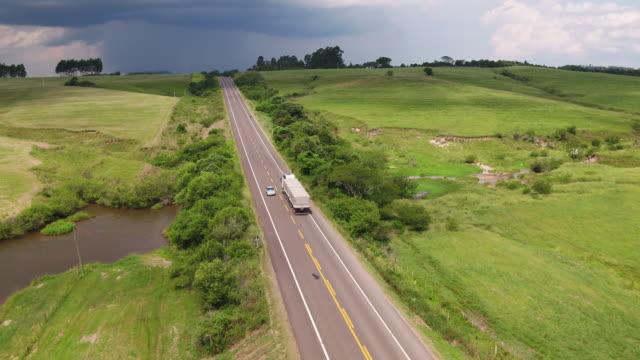 vídeos de stock, filmes e b-roll de caminhões que conduzem na estrada - estrada