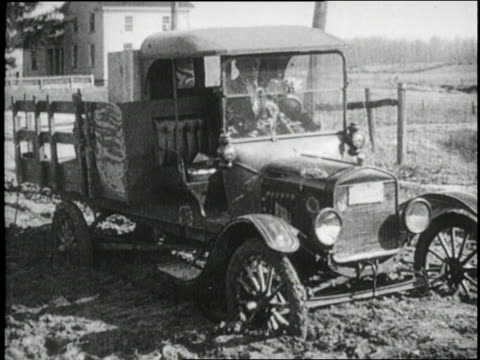 trucks get stuck in the mud - rimorchiare video stock e b–roll