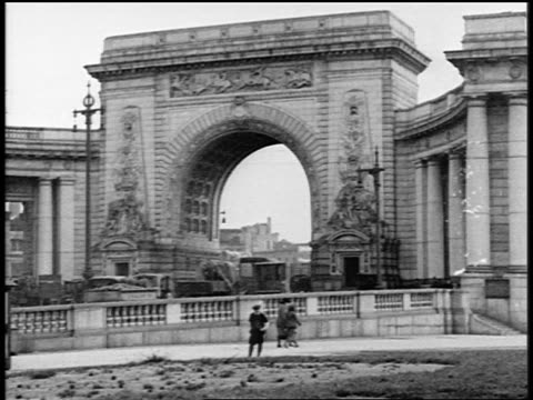 vidéos et rushes de b/w 1919 trucks going under canal street arch leading towards manhattan bridge / nyc / newsreel - 1910 1919