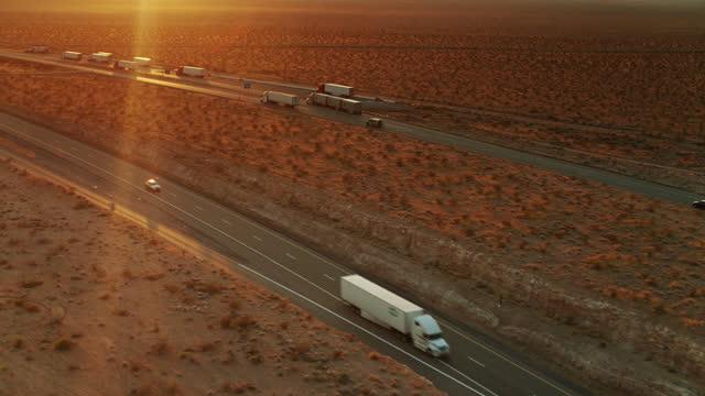 vidéos et rushes de camions sur l'autoroute près de mesquite, nevada - aérien - comté de clark nevada