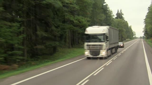 vídeos de stock e filmes b-roll de trucks on road - veículo terrestre comercial