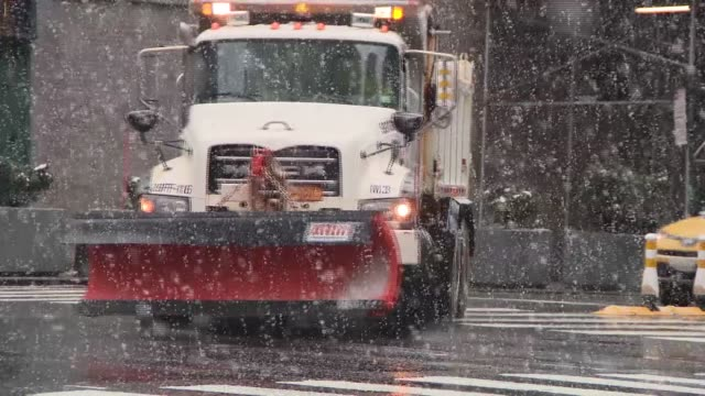 trucks plow and people shovel snow in nyc - fanghiglia video stock e b–roll