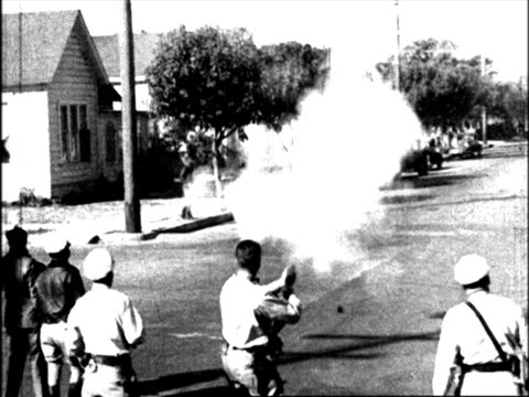 vidéos et rushes de trucks protected by police and armed men protestors try to disrupt the trucks police fire tear gas strikers running - 1934