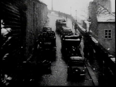 vidéos et rushes de trucks traveling down city street / government building / nazi troops marching / hilter arriving by car - inclinaison vers le bas