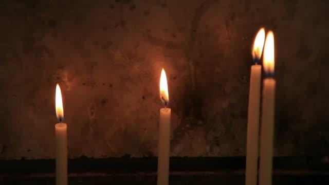 stockvideo's en b-roll-footage met hd: true church candle - vier dingen