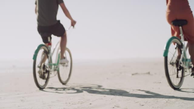 vidéos et rushes de le vrai amour déplace des montagnes, et des roues de bicyclette - caractéristiques côtières