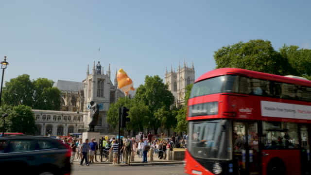 'trump baby' balloon flies over parliament square in protest during president trump's uk visit london sfs130718 abta281a - londra e hinterland video stock e b–roll