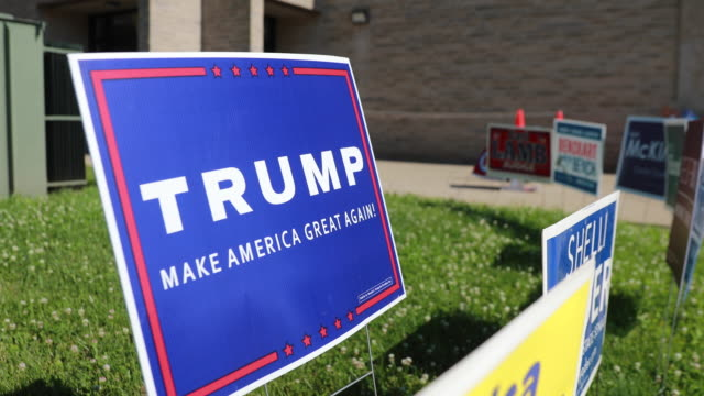 trump sign on display outside a polling site during the 2020 indiana primary - 米国大統領選挙点の映像素材/bロール