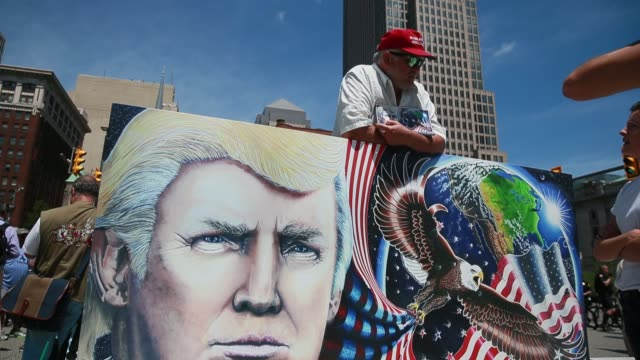 a trump supporter displays a large painting depicting donald trump the day before the republican national convention at public square in cleveland... - republikanischer parteitag stock-videos und b-roll-filmmaterial