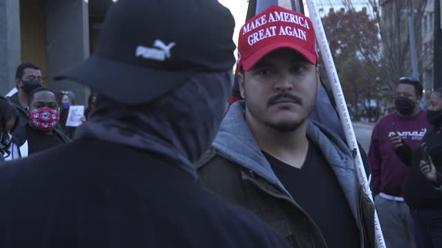 vídeos y material grabado en eventos de stock de trump supporters and blm supporters argue and shout at each other close to the white house on black lives mater plaza after a pro-trump event in... - manifestante