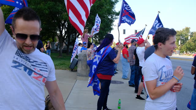 vídeos de stock e filmes b-roll de trump supporters attending a trump rally in terre haute, indiana, chant, fill that seat, after amy coney barrett is selected to replace ruth bader... - partidário