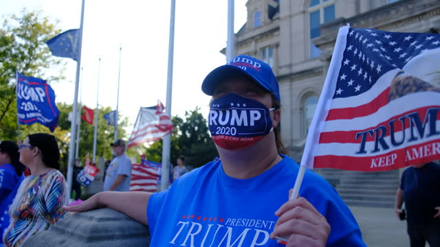 vídeos de stock e filmes b-roll de trump supporters attending a trump rally in terre haute, indiana, react after amy coney barrett is selected to replace ruth bader ginsberg on the... - partidário