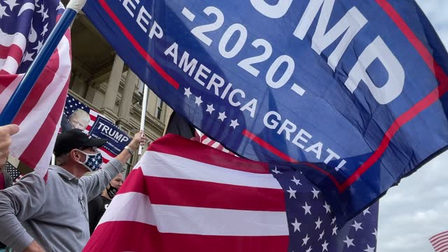 """vidéos et rushes de trump supporters demonstrate at the michigan state capitol on november 08, 2020 in lansing, michigan. militia members had pledged to attend the """"stop... - lansing"""