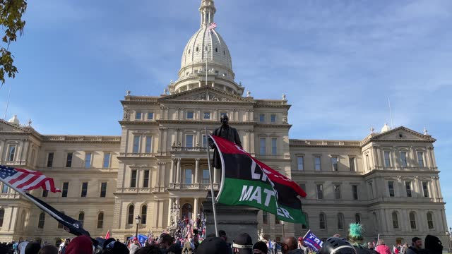 vidéos et rushes de trump supporters face off with counter-protesters during a demonstration over election ballot counting outside the michigan state capitol building on... - lansing
