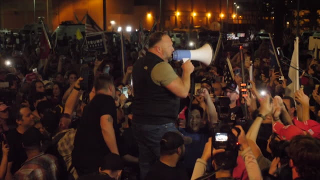 vidéos et rushes de trump supporters have been protesting for a second night outside election counting centre in phoenix, arizona. joe biden has a marginal lead in the... - confrontation