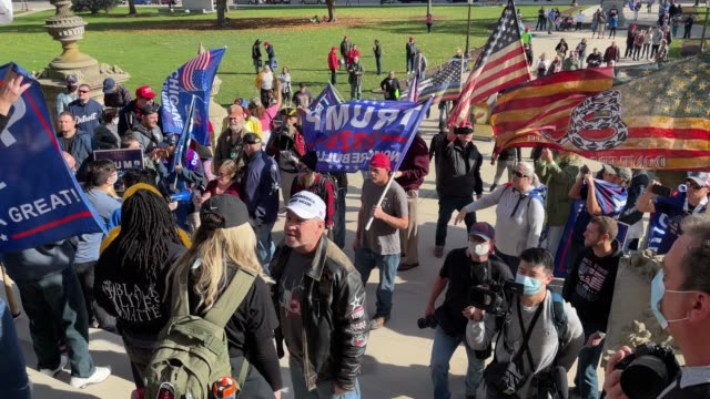 vidéos et rushes de trump supporters hold a demonstration over election ballot counting outside the michigan state capitol building on november 07, 2020 in lansing,... - lansing