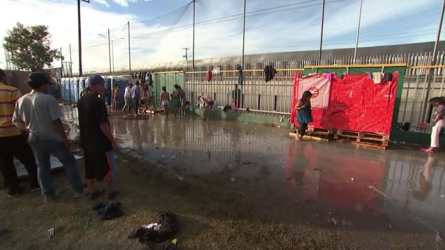 trump threatens to close border and threatens use of force over migrant caravan mexico tijuana ext various of migrants from central america in... - 境界点の映像素材/bロール
