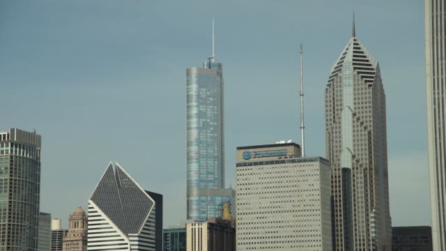 trump tower is ranked by other skyscrapers in chicago, il on thursday september 21, 2017. photographer: christopher dilts - shots: static shot of... - buckingham fountain stock videos & royalty-free footage